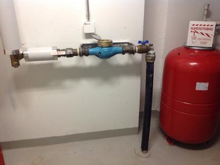 Thumbnail of Veden pääsulku lämmönjakohuoneessa