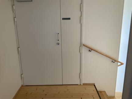 Thumbnail of B-talon ilmanvaihtokonehuoneen sisäänkäynti 4. kerroksessa portaista oikealla