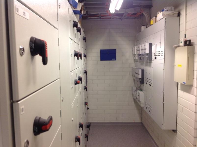 Sähköpääkeskus kellarissa