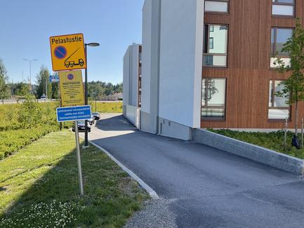 Thumbnail of Pelastustien sisäänajo Hämeenkadun päästä talojen seinustalle