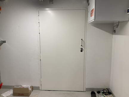 Thumbnail of A-talon sähköpääkeskuksen ovi teknisessä tilassa